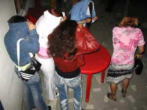 """Fetele erau batute si amenintate cu pistolul pentru a fi """"convinse"""" sa se prostitueze"""