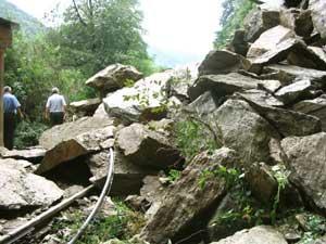 Mii de tone de pietre au blocat calea ferata pe ruta Sibiu-Rimnicu Vilcea