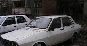 Maşinile abandonate ocupă locurile de parcare