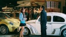 """Maggie Peyton (Lindsay Lohan) este noua proprietara a """"masinii buclucase"""", un Volkswagen cu numarul 53 cu o personalitate si o minte proprii"""