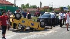 Taxiul, având trei persoane la bord, s-a rasturnat dupa ce a fost lovit de Audi