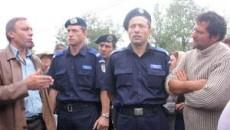 Autoritatile si satenii au incercat sa vorbeasca paziti de jandarmi