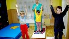 Salile de tratament sunt amenajate astfel incât copilul sa perceapa terapia ca pe o joaca