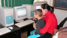 Prescolarii au luat lectii de calculator de la liceeni