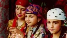Traditia spune ca o femeie maritata trebuie sa poarte un batic pe cap pentru a arata acest lucru
