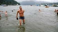 In Canada, Anul Nou este sarbatorit in apa rece ca gheata