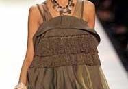 Rochia drapata, taiata sub bust si foarte scurta revine la moda