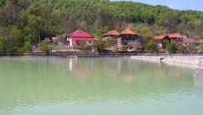 Pe lângă efectele terapeutice, apele minerale prezintă un fenomen unic: culoarea variază de la roz la verde