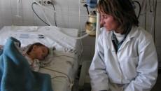 Andreea Georgiana Băileşteanu, alături de mama ei, în timpul internării la Spitalul de Urgenţă Craiova