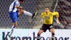Jucătorul lui Espanyol, Hurtado Moises, înscrie primul gol în poarta nefericitului Tim Wiese de la Werder Bremen