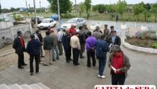 Câţiva săteni au protestat în faţa Primăriei Coşoveni