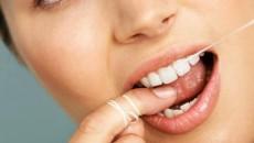 Folosirea aţei dentare este un obicei foarte bun pentru prevenirea cariilor