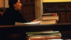 Un maldăr de dosare, un judecător prea calm pentru forfota din sală şi de afară, o atmosferă apăsătoare tipică sălilor de judecată