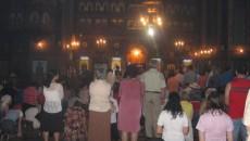 Sute de credincioşi craioveni au îngenuncheat în biserici, rugându-se
