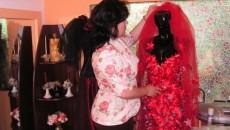 Mihaela Iacob în atelierul său, admirându-şi una dintre piesele preferate