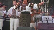Laura Lavric, pe scenă, bucurându-i pe iubitorii de folclor cu melodiile sale