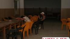 Absolvenţii de gimnaziu din alte judeţe şi părinţii lor, obosiţi de drum şi de completarea fişelor de înscriere