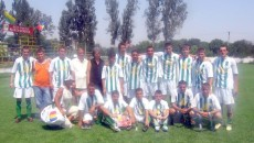 Jucătorii de la CS Ostroveni s-au fotografiat alături de mama lui Cristi Neamţu