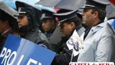 În Bucureşti, poliţiştii şi vameşii din sindicatul Pro Lex au protestat în faţa sediului MIRA faţă de întârzierea plăţii drepturilor contractuale