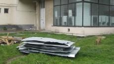 Sute de acoperişuri de bloc din Craiova, executate fără autorizaţie, ar putea zbura la prima vijelie