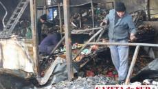 Oamenii au încercat să recupereze ce s-a mai putut în urma incendiului care a distrus patru magazine