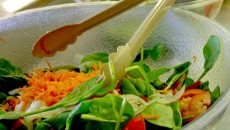 Fie că sunt consumate crude sau sub formă de salate, legumele sunt ideale pentru o nutriţie sănătoasă