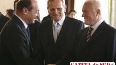 Preşedintele Traian Basescu dând mâna cu vicepreşedintele PLD Valeriu Stoica, alături de preşedintele partidului, Theodor Stolojan