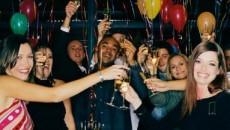 Pentru petrecăreţii care întâmpină noul an cu paharul în mână, următoarele 12 luni se anunţă a fi pline de veselie