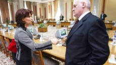 Mitică Dragomir şi fosta colegă de partid Olguţa Vasilescu, discutând despre legea antiînjurături