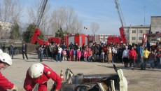 Pompierii de la Descarcerare au făcut o demonstraţie în faţa invitaţilor