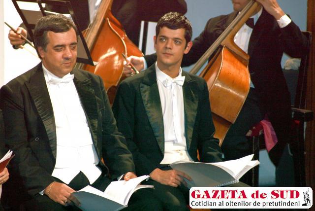 """Dragoş Drăniceanu şi tatăl său, Sorin Drăniceanu, pe aceeaşi scenă, în """"Nunta lui Figaro"""", de Mozart"""