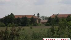 În timp ce politicienii trag spuza terenurilor pe turta lor, buruienile au năpădit în trei ani clădirile fostelor unităţi militare