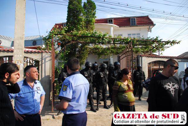 Forţele de ordine au făcut mai multe percheziţii la familiile Miclescu şi Poenaru