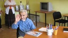 La club, bătrânii citesc reviste şi se uită la televizor