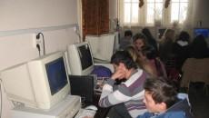 Tinerii au probleme cu vederea din pricina timpului petrecut în faţa calculatorului sau a televizorului