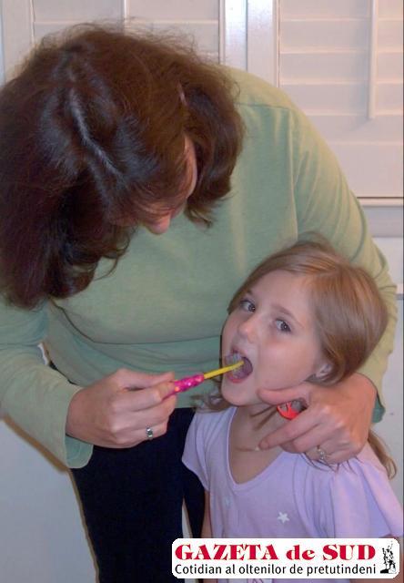 Copiii trebuie învăţaţi de mici să se spele corect pe dinţi