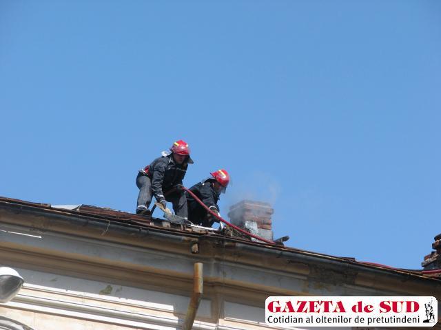 Incendiul izbucnit în bucătăria restaurantului s-a extins la acoperiş prin coşul de fum