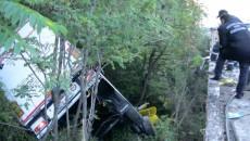 Misiunea de salvare a fost dificilă, tirul rămânând suspendat pe trunchiurile unor copaci
