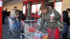 Zeci de cumpărători şi-au făcut ieri apariţia în marile magazine din Craiova