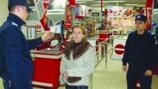 Casiera supermarketului a explicat că şefa i-a spus să-i lase pe cei doi soţi să plece fără să plătească