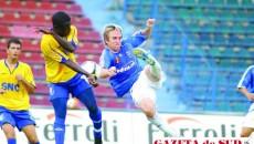 Michael Baird (tricou albastru) ar putea ajuta din nou Ştiinţa în meciul cu Farul
