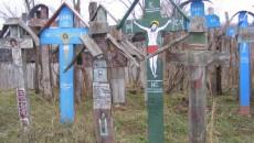 Crucile de lemn le aduc aminte sătenilor de cei morţi