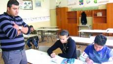 Radu Mihai, profesor de romani, şi trei dintre elevii săi