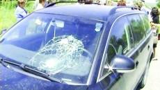 Pe maşină se pot vedea urmele accidentului