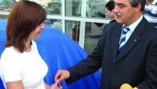 Violeta Oprănescu a primit cheia de la managerul de vânzări Dacia