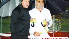 Ilie Năstase (stânga) şi Mansour Bahrami au făcut un mic spectacol pe unul din terenurile de tenis de câmp din Parcul Tineretului