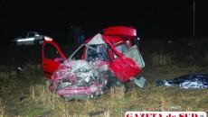Renault Clio s-a făcut praf după impactul cu tirul