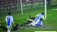 """Kone (în roşu, la pământ), cel care a marcat şi pe """"Stamford Bridge"""", i-a făcut KO şi pe olteni"""