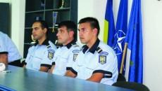 Agentul-şef Gabriel Ilie (dreapta) a împuşcat un bărbat care l-a atacat cu o furcă
