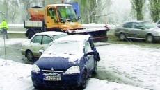Opelul condus de şoferiţă s-a înfipt într-un plug